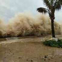 Clip: Ảnh hưởng bão số 10, sóng đánh cao gần 5 mét ở TP.Sầm Sơn
