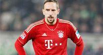Vì sao Ribery... ném áo?