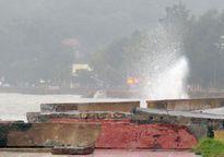 Sóng lớn đập tan kè biển Đồ Sơn sau bão số 10