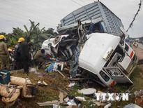 Xe tải đâm xe khách trên đường cao tốc làm 14 người thiệt mạng