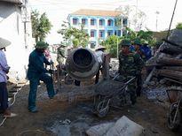Ban CHQS huyện Quỳnh Lưu giúp giáo dân làm đường giao thông