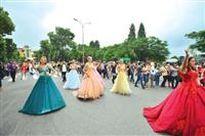 Phố đi bộ Hồ Gươm cuồng nhiệt Carnaval