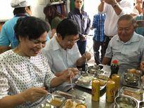 Vợ chồng nguyên CTN Trương Tấn Sang ăn cơm 2.000 đồng cùng người nghèo
