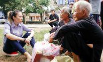 Xúc động hình ảnh Mỹ Tâm giản dị, ngồi bệt xuống đường trò chuyện với các cụ già