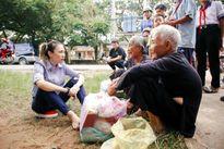 Mỹ Tâm giản dị ngồi bệt dưới đất trò chuyện cùng người dân khi đi từ thiện