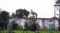 Lốc xoáy thổi bay hàng chục mái nhà, 4 người bị thương