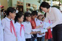 Báo TN&MT phối hợp với các nhà tài trợ trao quà từ thiện cứu trợ đồng bào vùng lũ Mường La