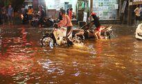Người dân vật vã lội nước ngập dắt xe chết máy giữa đêm khuya