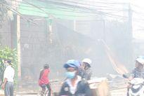 Cháy cửa hàng bán thuốc trừ sâu, 1.500 học sinh phải nghỉ học