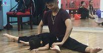 Sao Việt 24h: Con trai Khánh Thi – Phan Hiển mới 26 tháng tuổi đã chịu đau tập ép dẻo