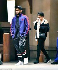 Đồ hiệu chất đống nhưng Selena Gomez lại 'chôm' đồ của The Weeknd