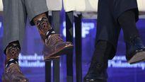 Thủ tướng Canada gây 'bão mạng' với đôi vớ độc