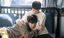 Ngoài Suzy, Lee Jong Suk còn 'quấn quýt' không rời trai đẹp trong phim mới