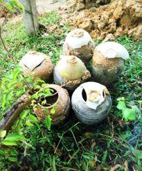 Đào hố chôn cột điện, phát hiện 6 bình gốm cổ thời Lê