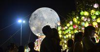 'Siêu trăng' khổng lồ xuất hiện ở khoảng cách cực gần, giới trẻ thích thú check-in lia lịa