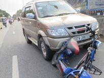 Xe máy điện giắt vào đầu ô tô sau cú đâm mạnh