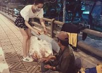Sau Hà Hồ, Angela Phương Trinh lại bị 'ném đá' vì đeo khẩu trang đi từ thiện