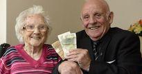 Sau 62 năm, khoản tiền lương đầu tiên người đàn ông này nhờ mẹ giữ hộ vẫn nằm nguyên trong ngăn kéo