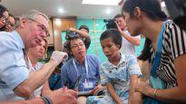Bác sĩ Anh đến Việt Nam chữa dị tật sọ mặt cho trẻ em nghèo