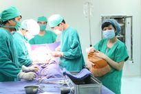 Bộ Y tế khen kíp mổ cứu sống mẹ con sản phụ bị suy thai