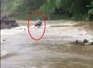 Liều mình vượt xe máy qua đập tràn, nam tài xế bị dòng nước xiết cuốn trôi