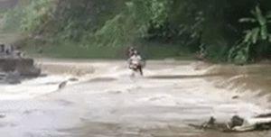 Liều lĩnh chạy xe máy qua đập tràn, người đàn ông bị nước cuốn trôi