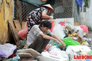 Rác thải hôi thối bịt kín cửa nhà người đàn ông tâm thần ở Hà Nội
