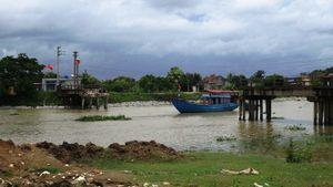 Tàu đâm sập cầu khiến một thôn bị cô lập hoàn toàn