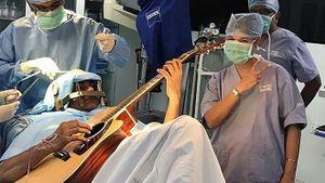 Không kém Quan Công: bệnh nhân Ấn Độ chơi guitar khi mổ não (VIDEO)