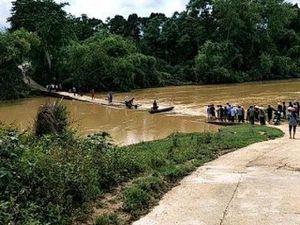 3 mẹ con chạy xe máy qua cầu tràn, bị nước lũ cuốn mất tích