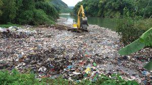 Xôn xao clip đổ hàng chục tấn rác xuống suối ở Hà Giang