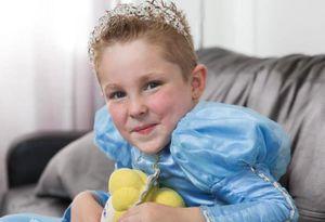 Cậu bé bị chế giễu vì mặc váy, đeo hoa tai từ 4 tháng tuổi