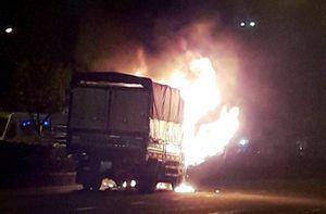 Xe tải bốc cháy ngùn ngụt trên đường, nhiều người hoảng loạn