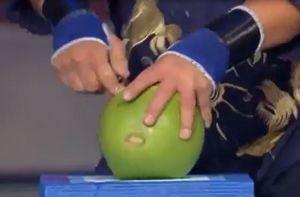 Clip: Dùng 1 ngón tay chọc thủng 4 trái dừa