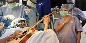 Ca phẫu thuật kỳ lạ: Mổ não khi bệnh nhân đang chơi guitar