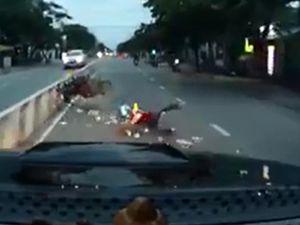 Chạy quá nhanh, tự gây tai nạn trước đầu xe ô tô
