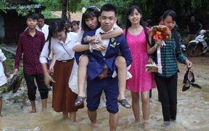 Chú rể cười hạnh phúc cõng cô dâu vượt qua dòng nước lũ