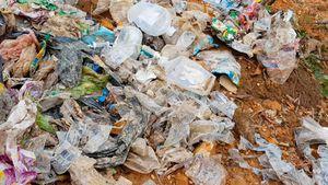 Chôn rác thải y tế trong vườn cán bộ xã, đầu nguồn nước