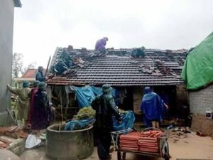 Hà Tĩnh: 1 người bị thương, 65 ngôi nhà bị tốc mái 
