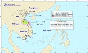 Bão số 4 áp sát đất liền gây mưa lớn cho các tỉnh miền Trung