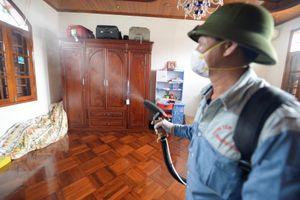 Phun hóa chất chống dịch sốt xuất huyết đang lan khắp Hà Nội