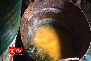 Hãi hùng với hơn 1 tấn mỡ 'bẩn' chứa trong thùng phi rỉ sét ở quận Hoàng Mai