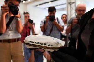 Hành trình lưu lạc của túi bụi Mặt Trăng giá gần 2 triệu USD