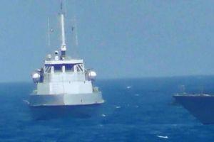 Giây phút căng thẳng khi tàu chiến Mỹ nổ súng vào tàu Iran