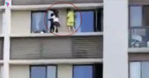 Thót tim hai đứa trẻ chạy nhảy trên bờ tường cửa sổ tầng 10 không rào chắn