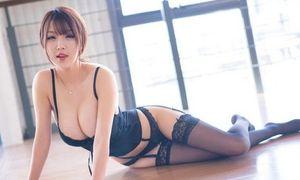 Showgirl nổi tiếng châu Á khoe body, nhìn là yêu