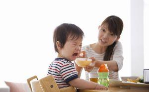 Trẻ biếng ăn bữa cơm kéo dài cả tiếng đồng hồ, mẹ hãy áp dụng ngay cách này để con ăn thun thút