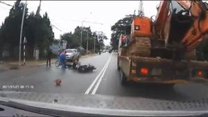 Đà Lạt: Clip hai xe máy tạt đầu, tông nhau ngay trước đầu ô tô