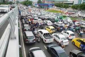 Cửa ngõ sân bay Tân Sơn Nhất 'nghẹt thở' vì kẹt xe dù đã có cầu vượt
