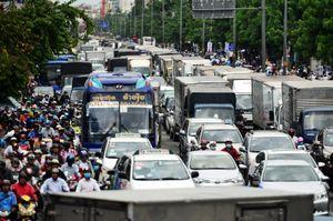 Xe tải, taxi ùn ùn đổ về khiến đường vào sân bay Tân Sơn Nhất kẹt cứng